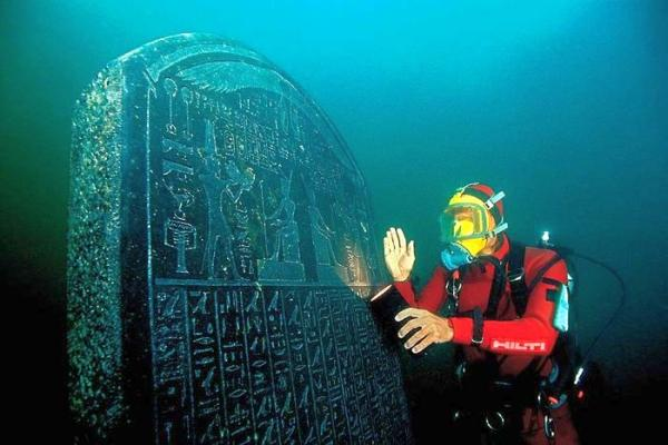 Archaeologist Frank Goddio with the Heracleion Stele