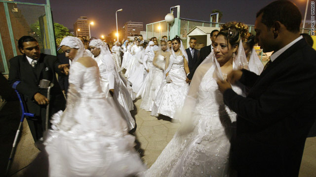 Egyptian couples arrive at the Cairo Stadium for a collective wedding organized by an Islamic association in 2007 [Credit: CNN]