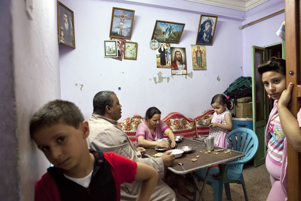 A Christian family has dinner in Minya, September 2013. Credit: Bieke Depoorter