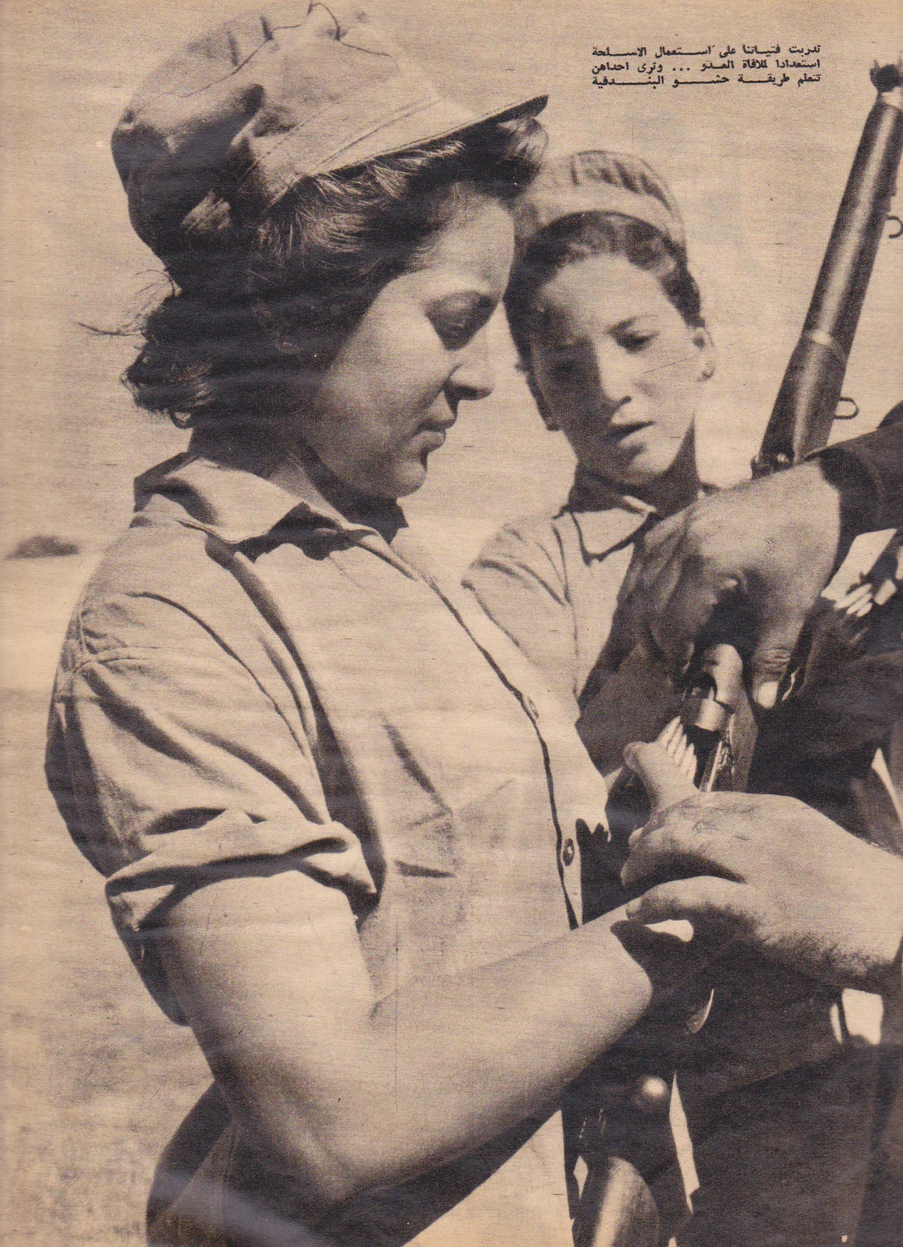 Egyptian women volunteer to bear arms in 1956