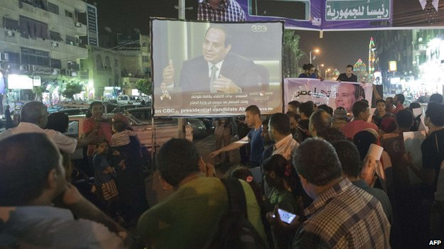 Egyptians gather on the streets of Cairo to watch Sisi's interview.