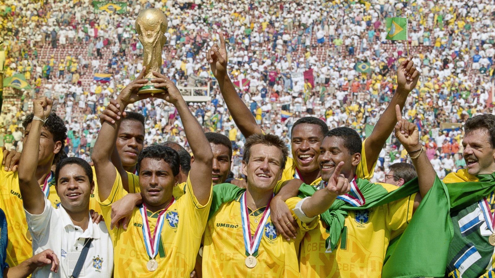 Brazilian soccer national team holding the World Cup. Photo: Ben Radford \ Getty Images