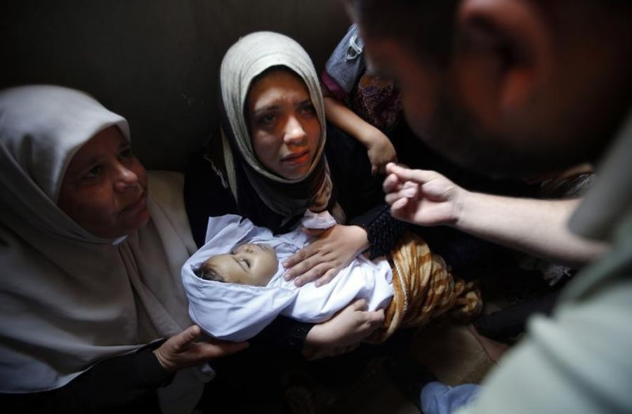 The mother of 4-year-old Palestinian girl Yasmeen al-Motawaq, killed by Israel, 10 July. Reuters/Mohammed Salem