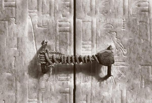 Pharonic The rope seal of Tutankhamun's tomb, unbroken for 3,245 years (1922)