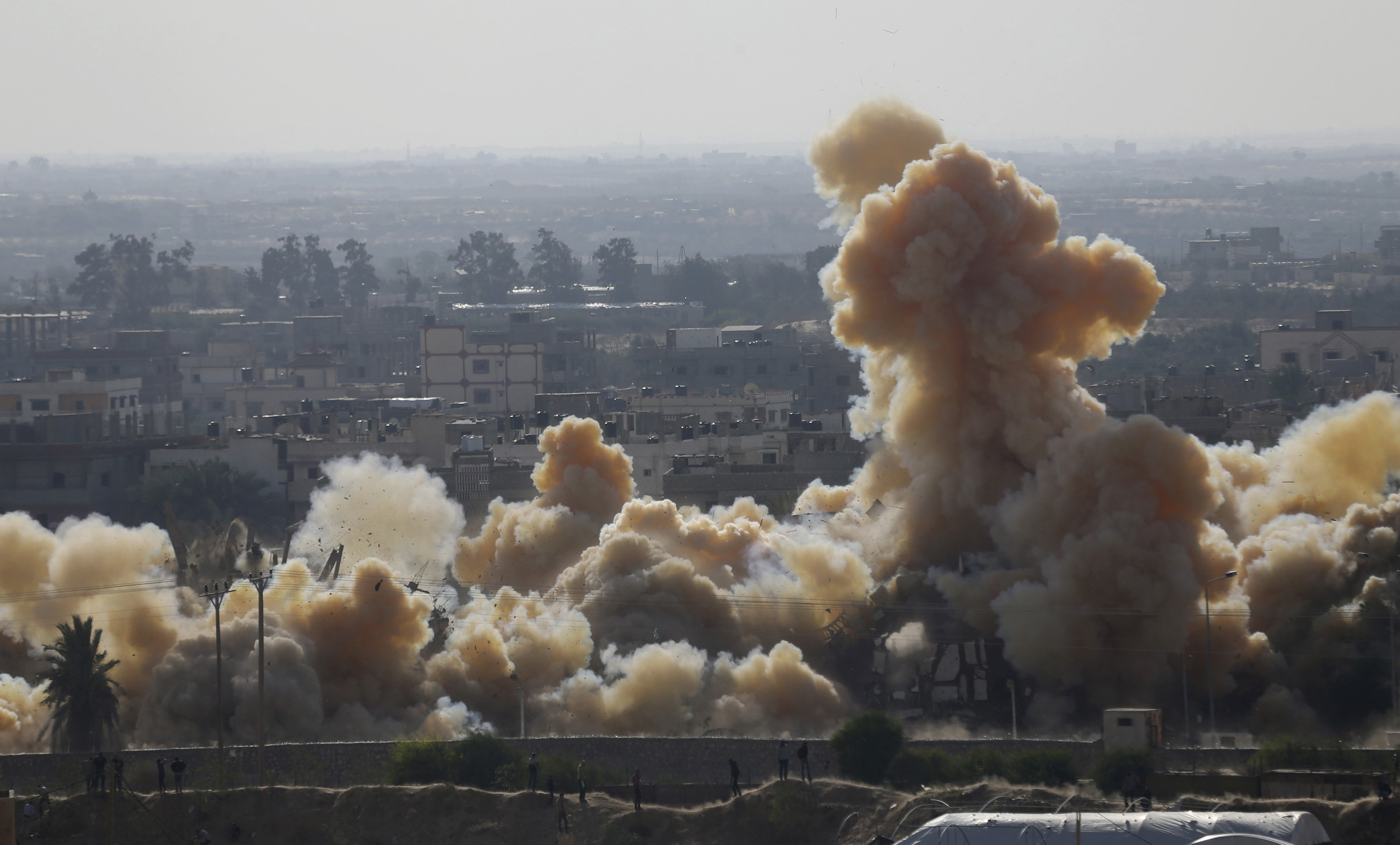 Smoke rises as a house is blown up during a military operation by Egyptian security forces in the Egyptian city of Rafah, near the border with southern Gaza Strip November 3, 2014. REUTERS/Ibraheem Abu Mustafa (GAZA - Tags: POLITICS CIVIL UNREST)