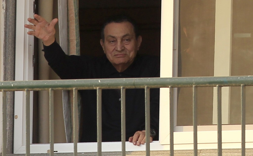 Ousted Egyptian president Hosni Mubarak waves to his supporters outside the area where he is hospitalized during his birthday at Maadi military hospital on the outskirts of Cairo, Egypt May 4, 2015. REUTERS/Mohamed Abd El Ghany