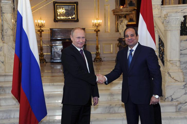 Russia's President Vladimir Putin (L) shakes hands with Egypt's President Abdel Fattah al-Sisi during a meeting in Cairo February 10, 2015. REUTERS/Mikhail Klimentyev/RIA Novosti/Kremlin