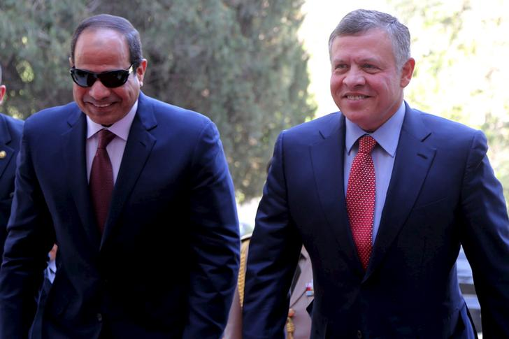 Jordan's King Abdullah (R) walks with Egypt's President Abdel Fattah al-Sisi upon their arrival at the Royal Palace in Amman in this May 21, 2015 handout photo by Jordan's Royal Palace. REUTERS/Yousef Allan/Jordan's Royal Palace/Handout via Reuters ATTENTION EDITORS - THIS PICTURE WAS PROVIDED BY A THIRD PARTY. THIS PICTURE IS DISTRIBUTED EXACTLY AS RECEIVED BY REUTERS, AS A SERVICE TO CLIENTS. EDITORIAL USE ONLY. NOT FOR SALE FOR MARKETING OR ADVERTISING CAMPAIGNS.