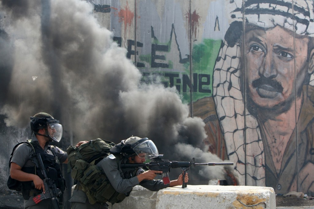 Israeli soldiers clash with Palestinian stone throwers at a checkpoint outside Jerusalem. Credit: Ahmad Gharabli/ AFP
