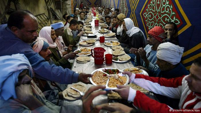 Egyptians gather around Mawa'ed al-Rahman during Ramadan to break their fast. Source: dpa Picture-Allinace