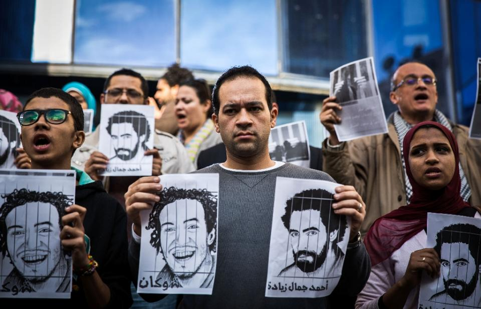 Independent journalists gather in protest outside Egypt's syndicate of Journalists in Cairo on February 8, 2015 to demand the release of their detained colleagues (Photo: AFP/ Mohamed El-Shahed)