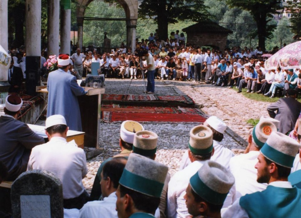 Reis-ul-Ulema Hadzi Jakub ef. Selimoski (1991-1993) speaks before Aladža mosque in Fozi