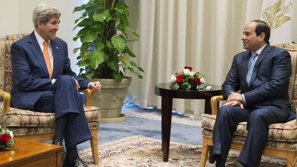 United States Secretary of State John Kerry, left, and Egyptian President Abdel-Fattah el-Sissi meet in Sharm el-Sheikh, Egypt, Friday March 13, 2015. (AP)