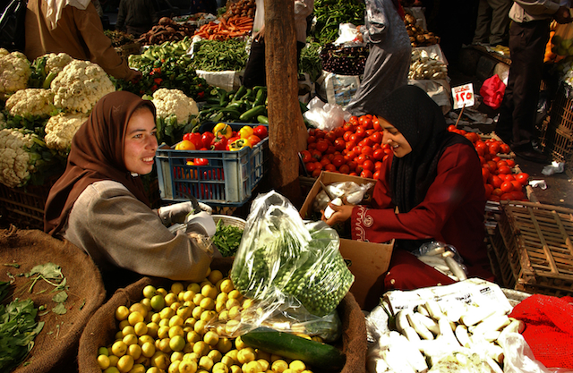 Fruit and vegetable vendors at a city market in Cairo. Credit: Ami Vitale/ FAO