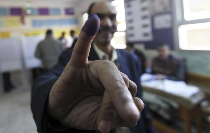 A man shows his finger after casting a vote at a polling station during a parliamentary election in Cairo November 28, 2011. REUTERS/Amr Abdallah Dalsh  (EGYPT - Tags: ELECTIONS POLITICS)