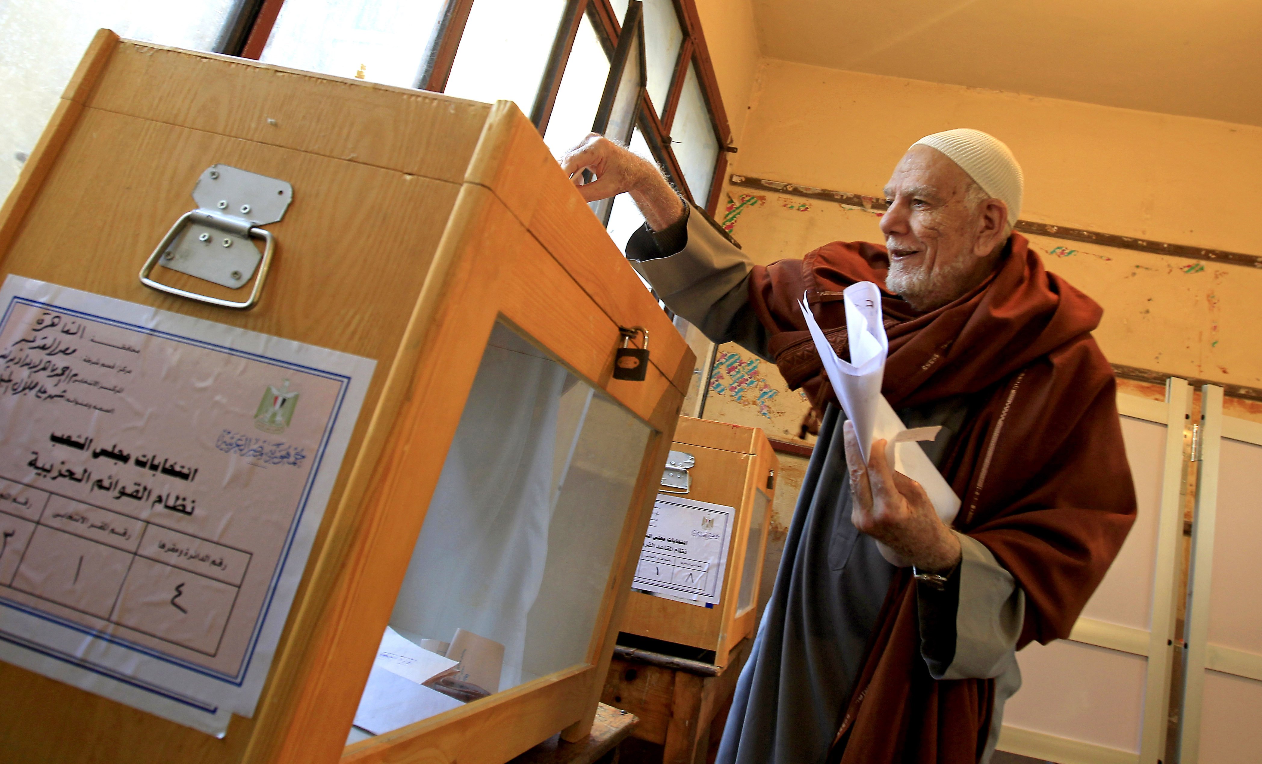 An elderly Egyptian man casts his vote at a polling station in the Manial neighbourhood of Cairo on November 28, 2011. Credit: Mahmud Hams/ AFP