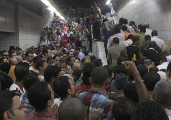 Crowds at al-Shohada Metro Station in Cairo. Source: viral photo on social media shot in August 2013