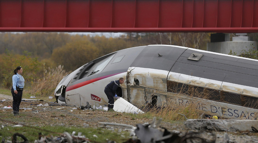 Rescue workers search the wreckage of a test TGV train that derailed and crashed in a canal outside Eckwersheim near Strasbourg, eastern France, November 14, 2015. Photo: Vincent Kessler / Reuters
