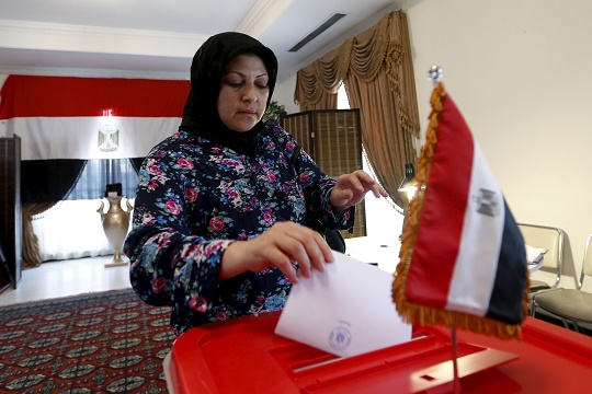 An Egyptian woman living in Bahrain casts her vote during the first stage of Egypt's parliamentary election at the Egyptian Embassy in Manama, Bahrain, October 17, 2015. REUTERS/Hamad I Mohammed