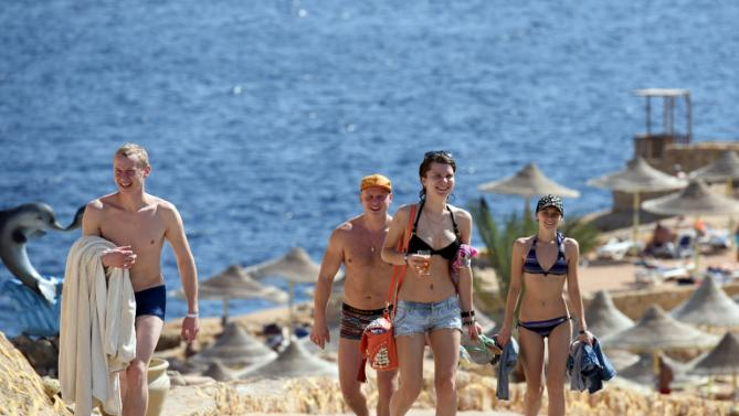 Tourists pictured returning from the beach in the Egyptian resort of Sharm el-Sheikh on November 7, 2015 (AFP Photo/Mohamed El-Shahed)