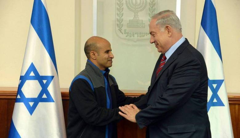 Prime Minister Benjamin Netanyahu with Ouda Tarabin, an Israeli citizen jailed for 15 years in Egypt on charges of spying and released from prison on December 10, 2015. (Haim Zach/GPO)