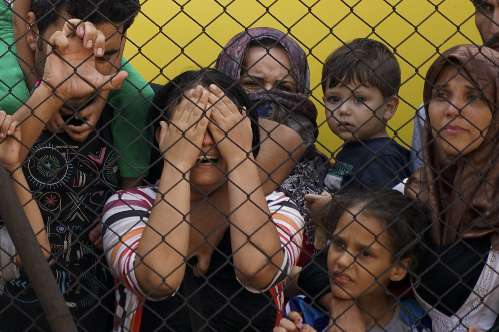 women_and_children_among_syrian_refugees_striking_at_the_platform_of_budapest_keleti_railway_station._refugee_crisis_2