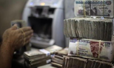 An employee counts money at an exchange office in downtown Cairo Credit: Amr Abdallah Dalsh/ Reuters