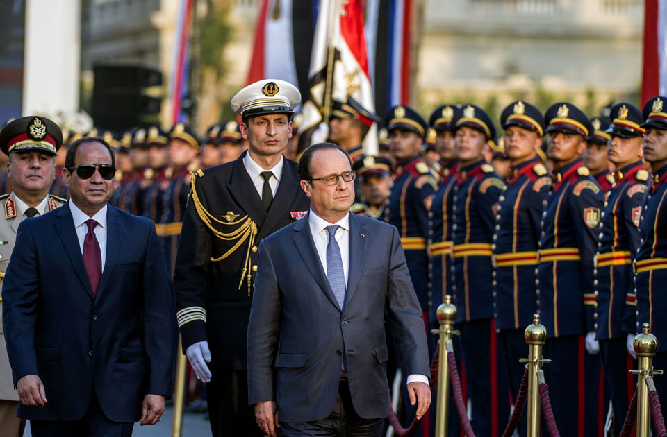 Sisi and Hollande during a welcome ceremony at al-Quba Presidential Palace in April 2016 (AFP)