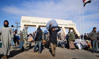 Egyptians carry their belongings as they transit the Sallum border crossing with Libya on February 23, 2011. Photo: Tarek Elframawy
