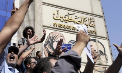Egyptian activists shout slogans against President Abdel Fattah al-Sisi and his government, during a demonstration protesting the government's decision to transfer two Red Sea islands to Saudi Arabia, in front of the Press Syndicate Cairo, Egypt, April 15, 2016. REUTERS/MOHAMED ABD EL GHANY