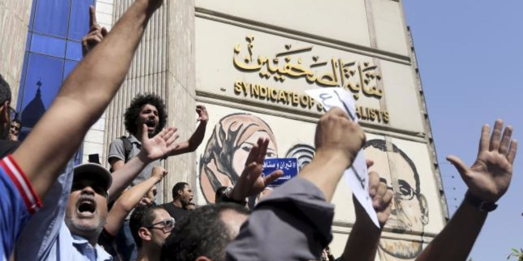 Egyptian activists shout slogans against President Abdel Fattah al-Sisi and his government, during a demonstration protesting the government`s decision to transfer two Red Sea islands to Saudi Arabia, in front of the Press Syndicate Cairo, Egypt, April 15, 2016. REUTERS/MOHAMED ABD EL GHANY