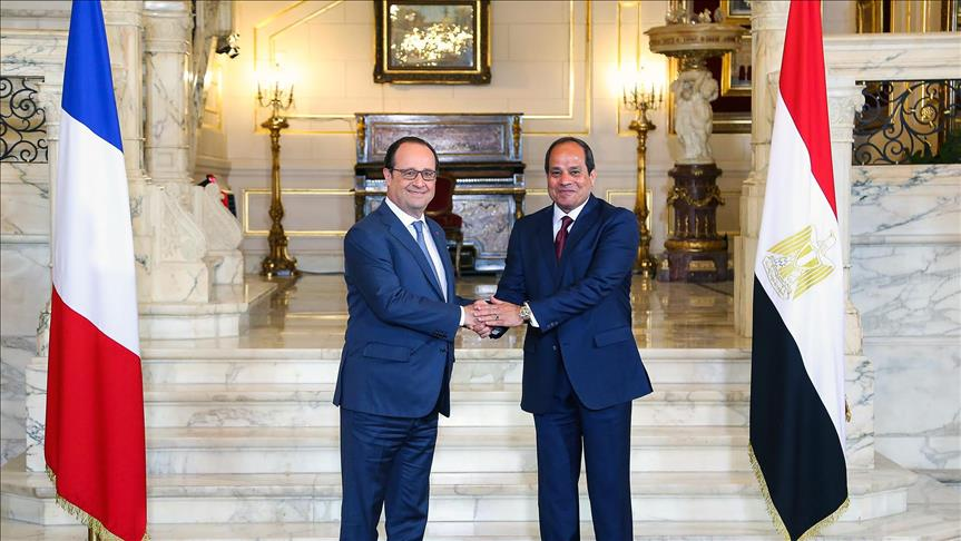 Egypt President Abdel Fattah el-Sisi (R) shakes hand with President of France Francois Hollande (L) at the Egyptian Presidential Palace in Cairo, Egypt on April 17, 2016