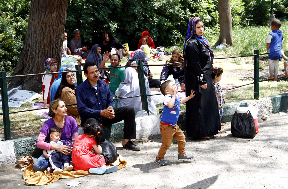 Egyptian families sit together for a picnic at the Giza Zoo. Photo: Mai Shaheen, Ahram Online