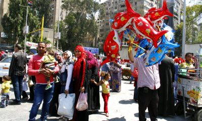Families gather outside the Giza Zoo, where a street vendor is selling animal-shaped balloons. Photo: Mai Shaheen, Ahram Online