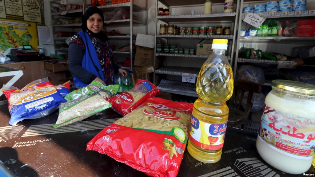 A worker sells subsidized food commodities at a government-run supermarket in Cairo, Egypt, Feb.14, 2016 (Photo: Reuters)